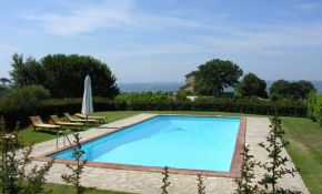 Photo of swimming pool of farmhouse for sale in Umbria